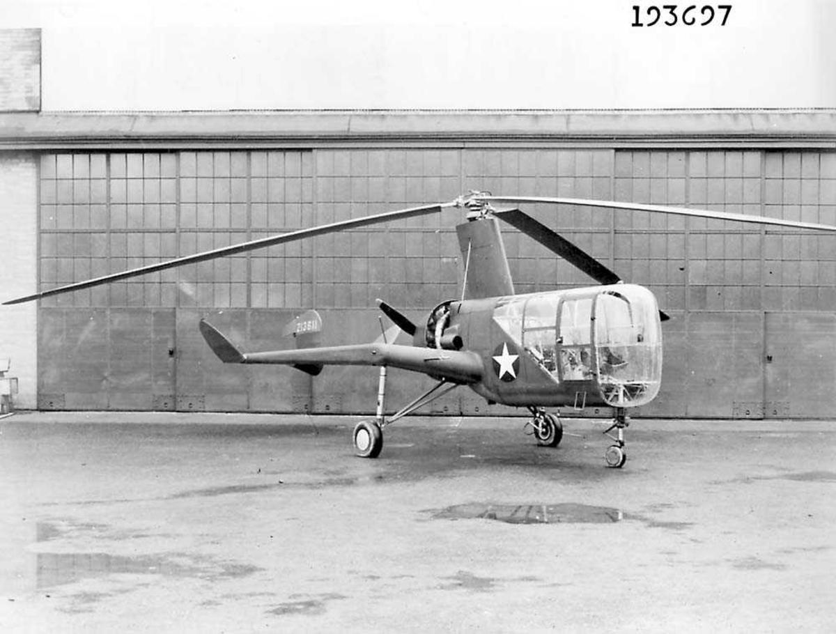 1 helikopter på bakken. Hangar i bakgrunnen.