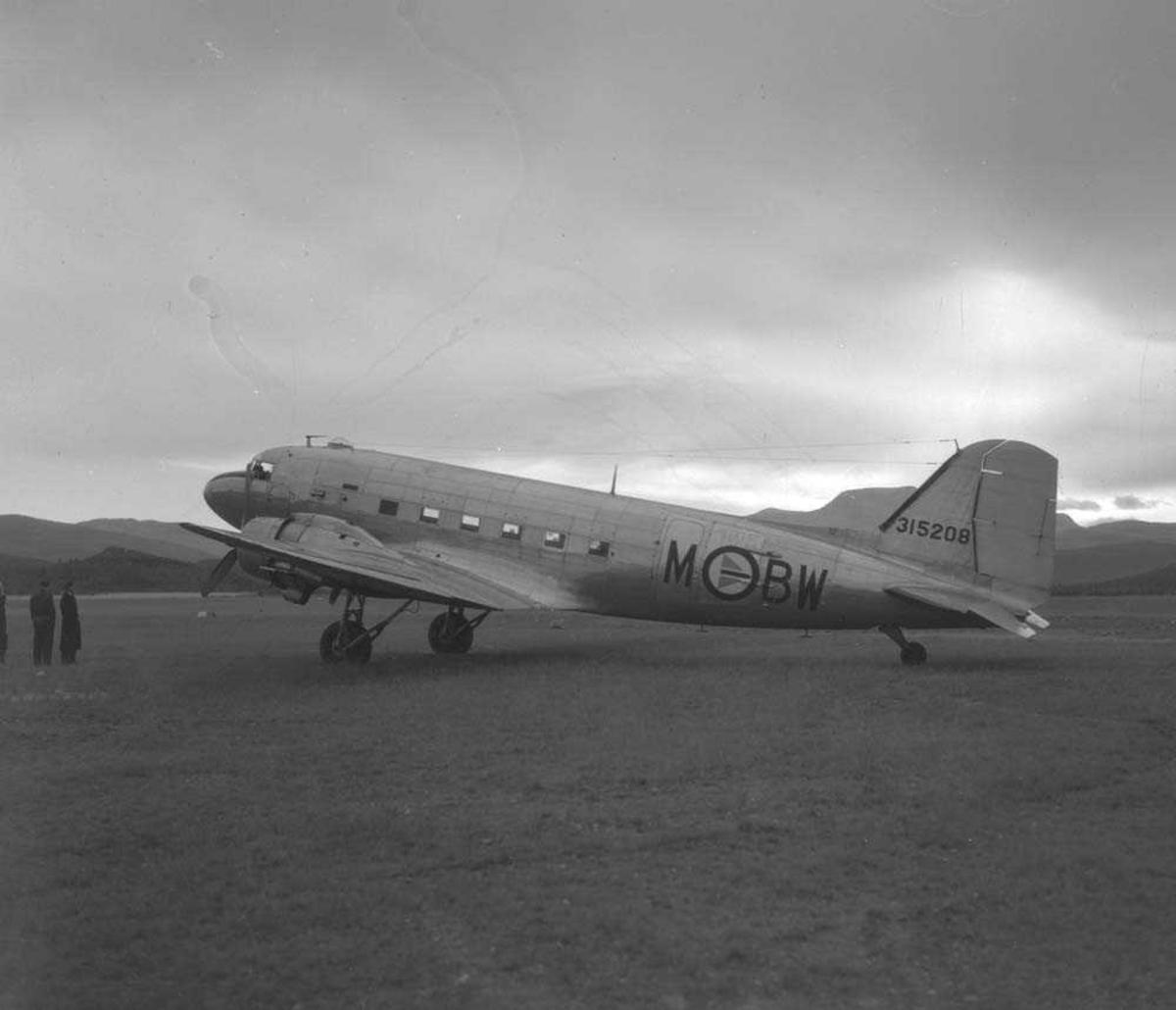 Lufthavn. Ett fly på bakken, C-47 Dakota, MBW fra luftforsvaret.