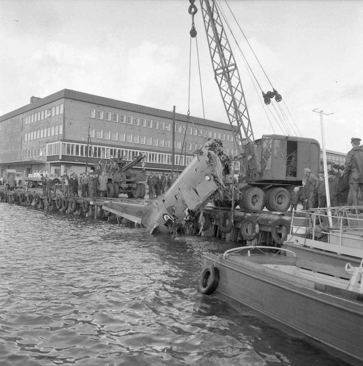 F-86-K Sabre er hevet fra havets bunn og slept inn til havnen i Bodø, av fartøyet N-510-ME. Flyvraket ble så kjørt til Bodø flystasjon.