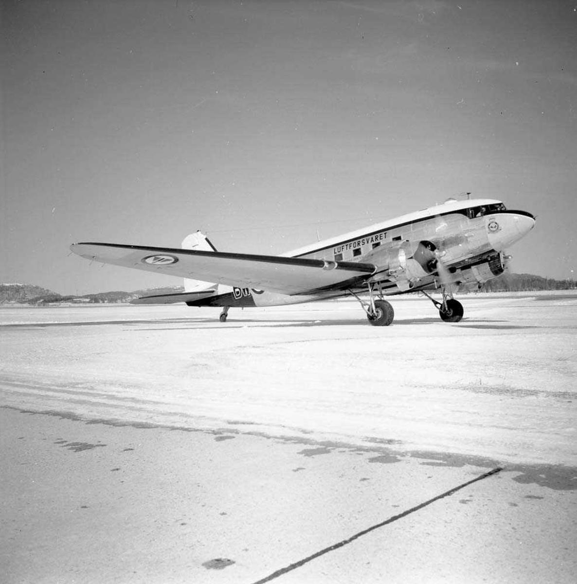 Luftforsvarets DC-47 parkert på Bodø flystasjon.