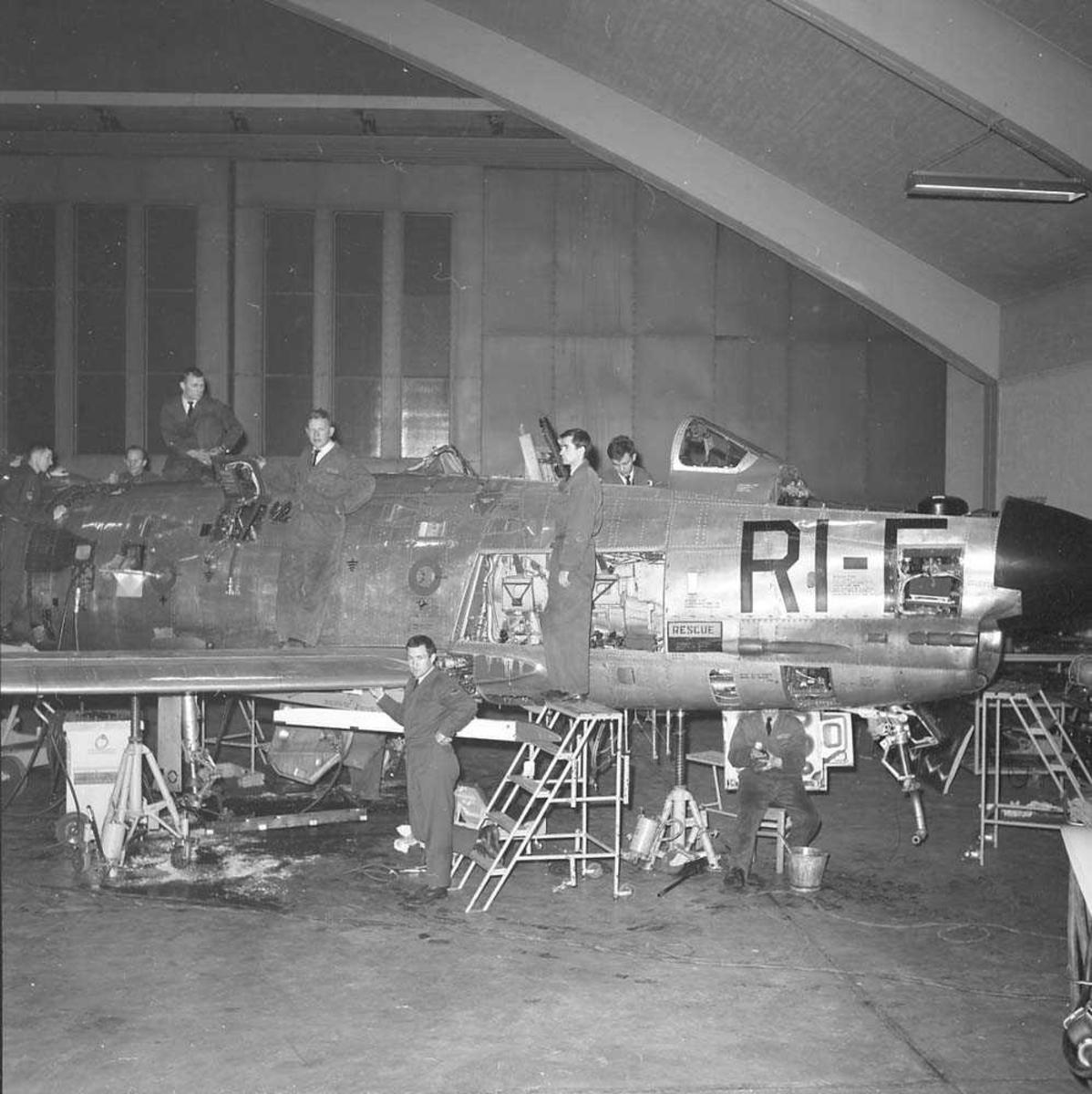 Ettersyn på F-86-K Sabre, kjennetegn RI-F, serie nr. 41272, i Hangar A på Bodø flystasjon.