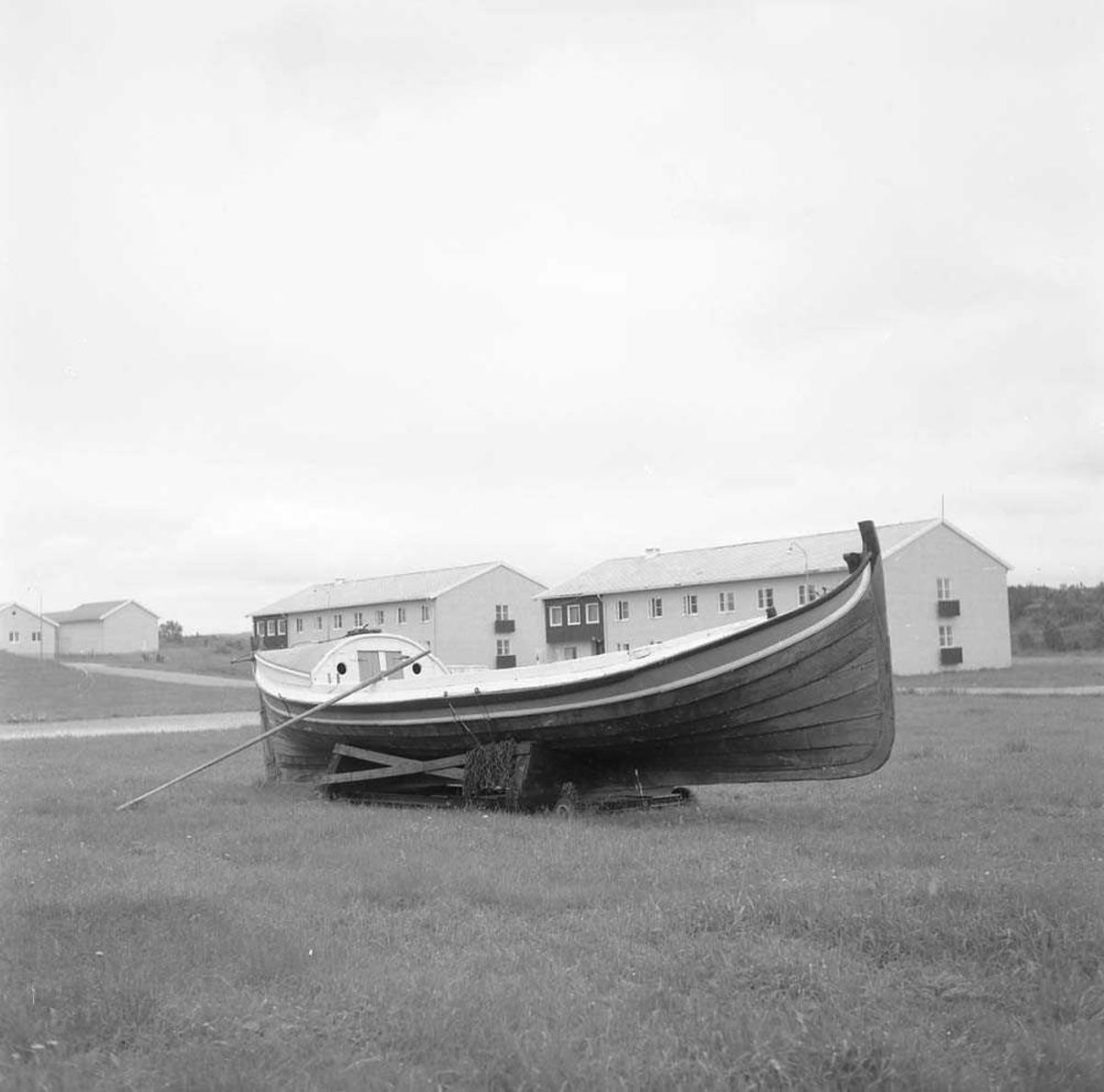 """Nordlandsbåten, Ottringen """"Daniel"""" som er plassert utenfor Messe I på Bodø flystasjon. I bakgrunnen sees befalskaserner."""