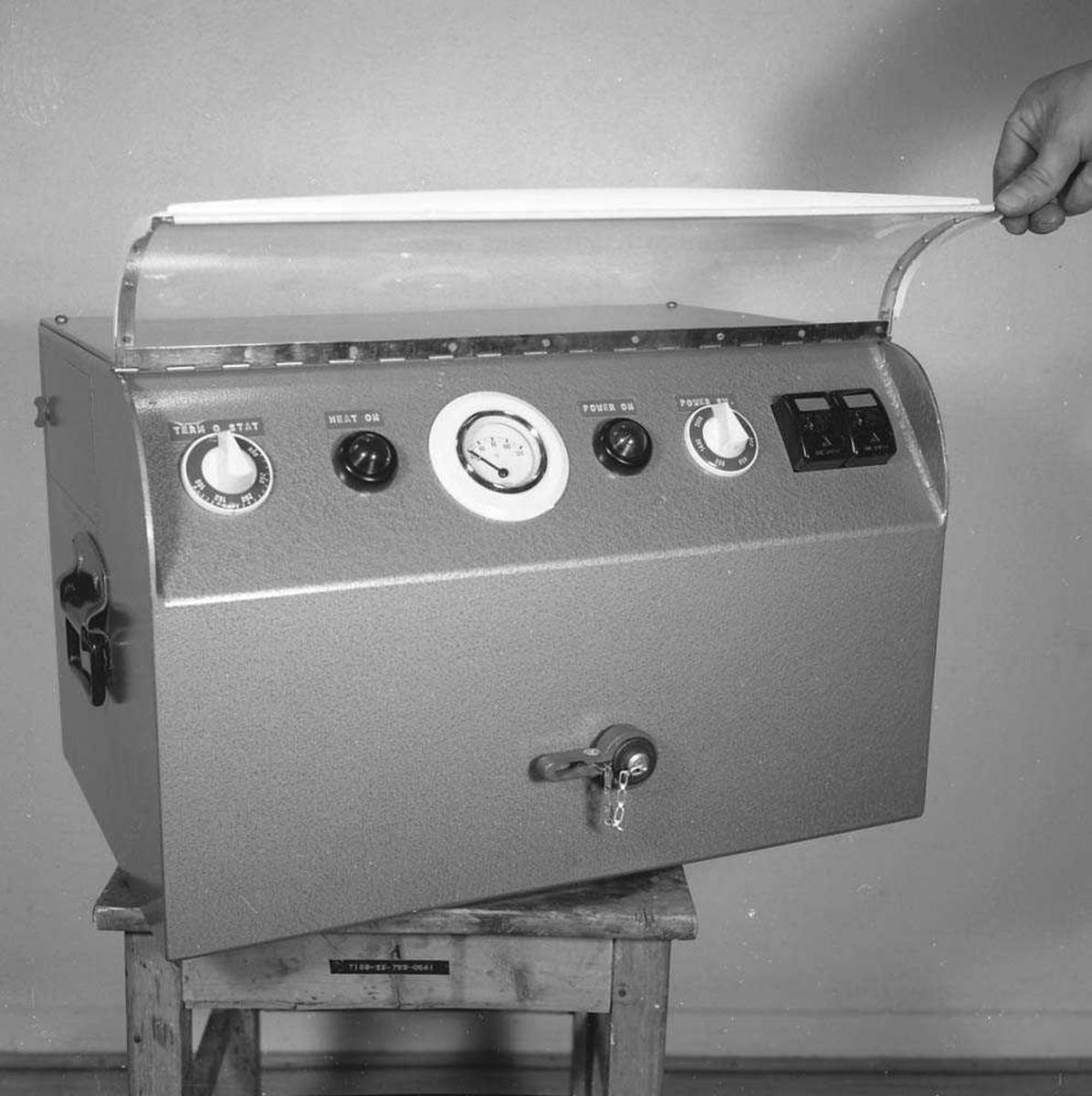 Instrumentet kalles for Purge Unit. Det ble brukt til å rense oksygenet som piloten pustet i, i jagerflyet  F-104 Starfighter. Rensingen ble foretatt 3 ganger à 20 minutter. Instrumentet renset forskjellige stoffer i oksygenet for hver rensesyklus.