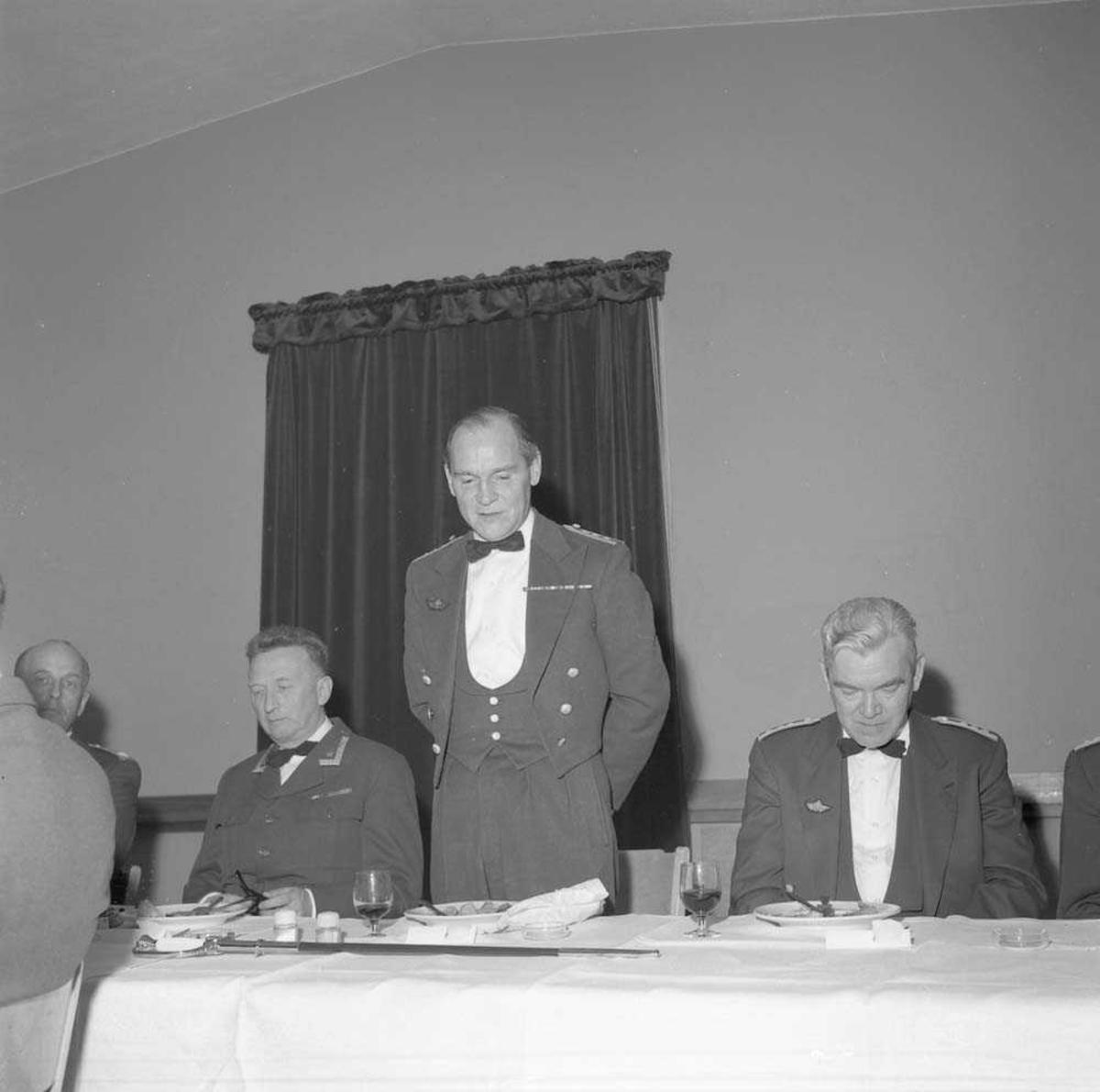 Avskjedsmiddag i Messe I på Bodø flystasjon for Stasjonssjef, Oberst Kåre Stenwig, som holder tale, og til venstre på bildet sees Major Martin Høeg.