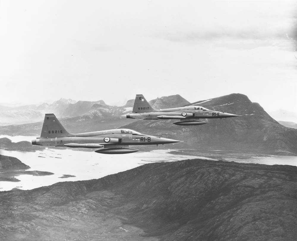 To F-5-A Freedom Fighter i formasjon et sted i Nord-Norge.
