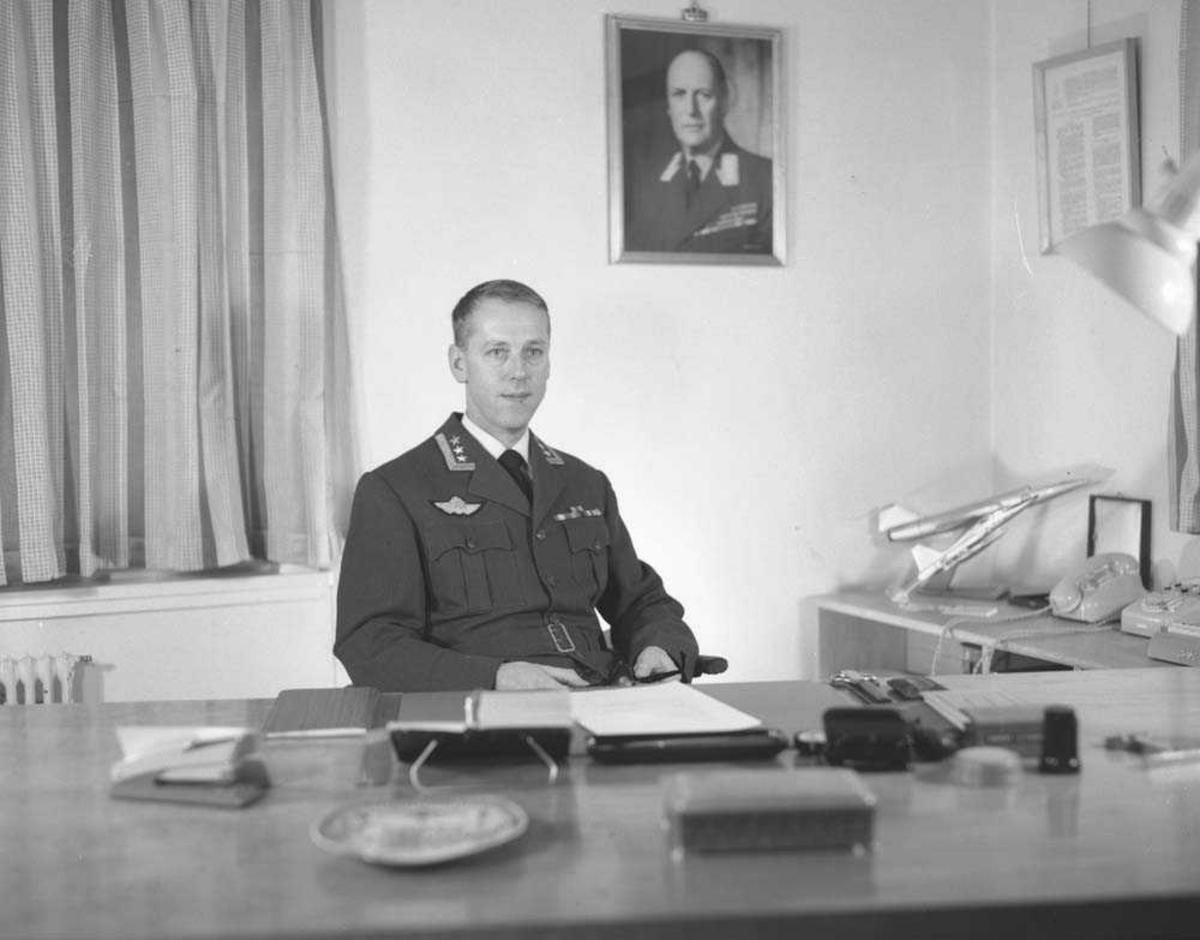 Portrett av Stasjonssjefen på Bodø flystasjon, Oberst E. Tjensvoll.