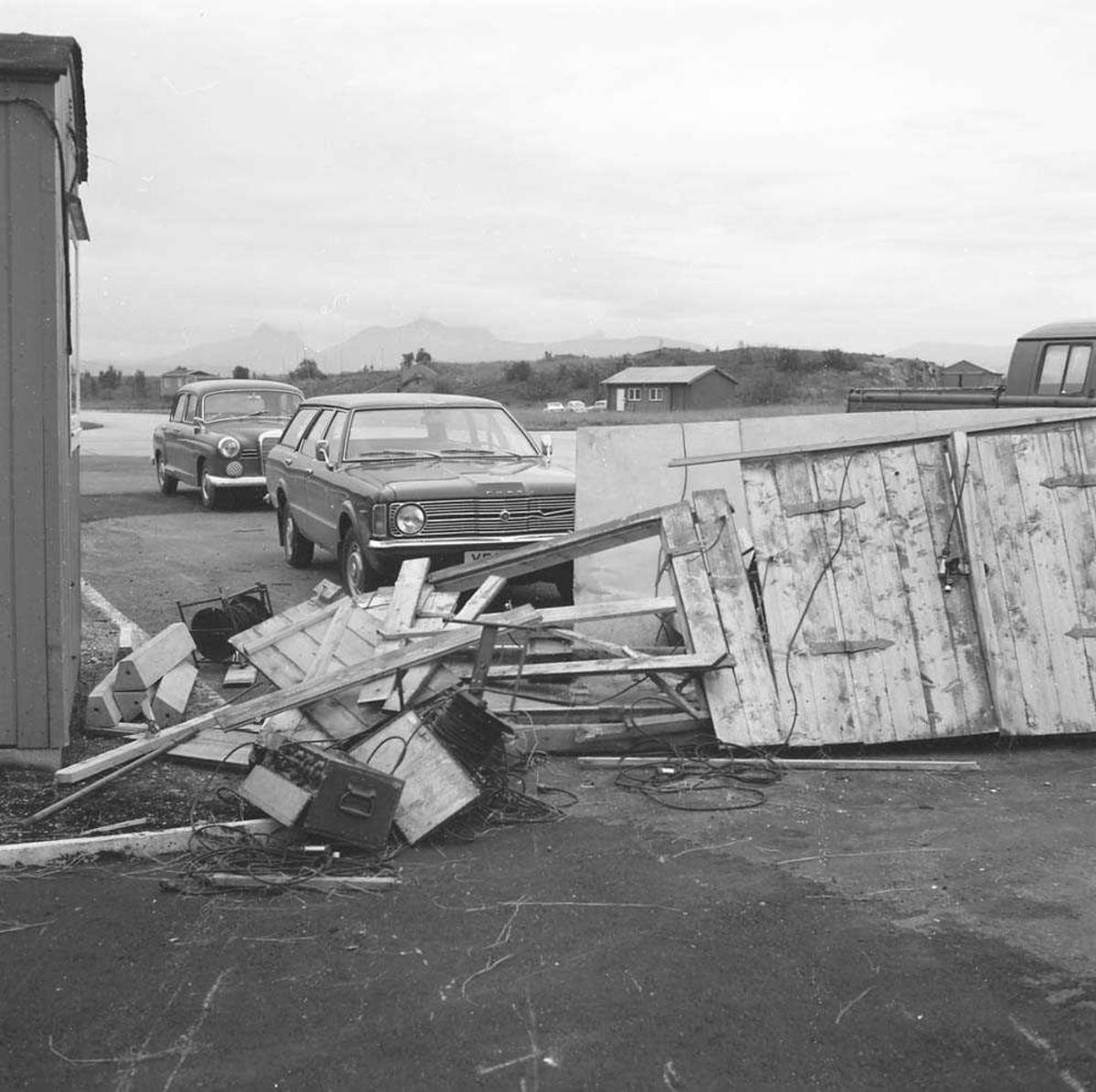 Skade på Line skur på Bodø flystasjon, da en C-141 Starlifter, USAF, taxet og kom borti skuret og bilen som står nærmest.