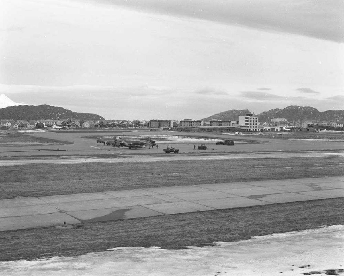 Et Amerikansk jagerfly av typen F-4 har nødlandet på Bodø flystasjon. I bakgrunnen sees flytårnet og deler av Bodø by.