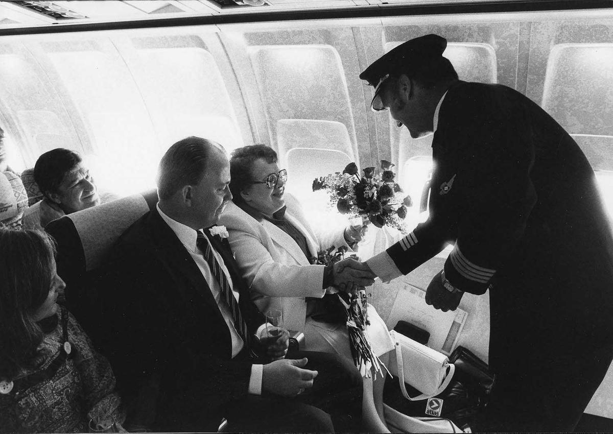 Flere personer på bildet. Kaptein Arne Larsen, Barbro Hero og Lars Wallroth .