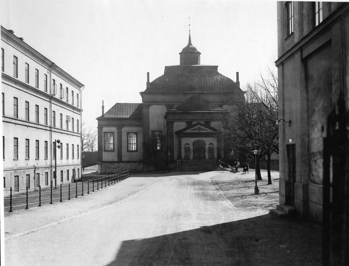 Amiralitetskyrkan fotograferad från Vallgatan.