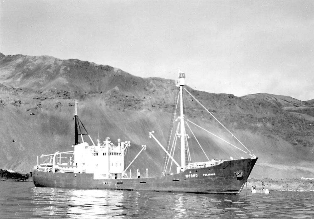 """En båt på vannet. Selfangsskuta """"Polarhav"""". Fjell i bakgrunnen."""
