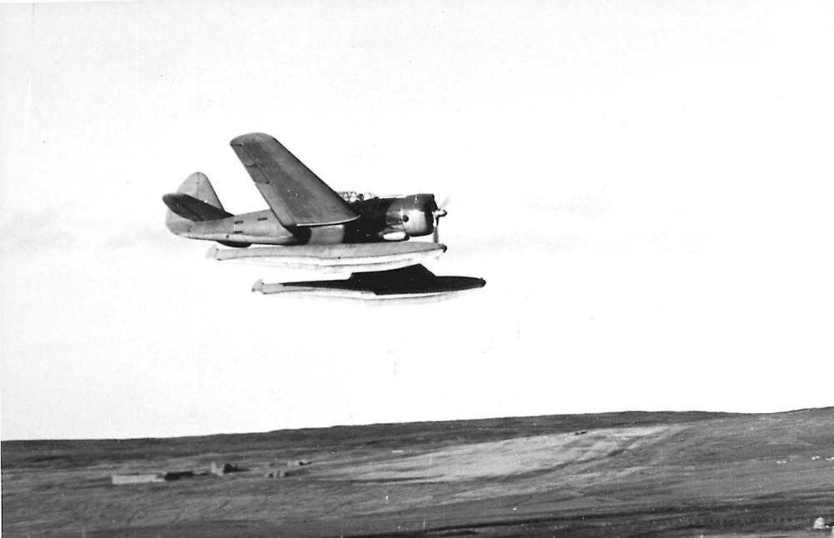 Luftfoto. Ett fly i luften, Northrop NPT3B med flottører.