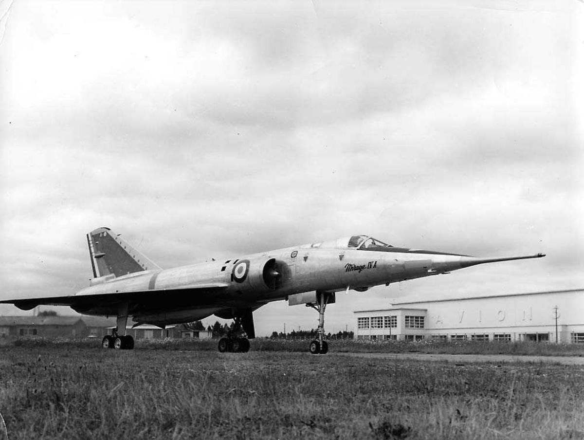 Lufthavn. Ett fly på bakken, Mirage IV A. Bygninger i bakgrunnen.