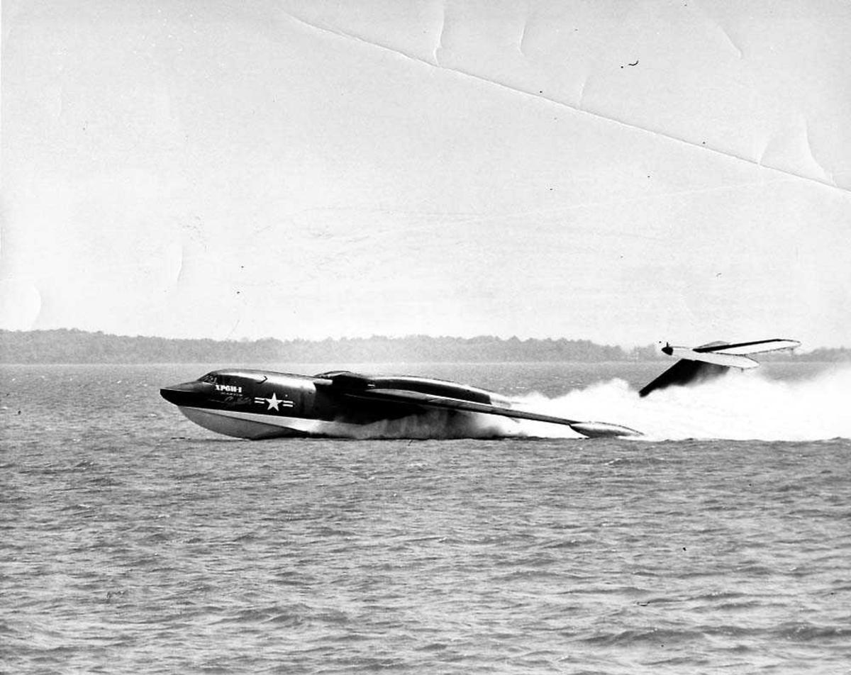 "Ett fly i fart i vannet, Martin XP6M-1 Seamsaster (prototype) ""Seamaster Flying-boat""."
