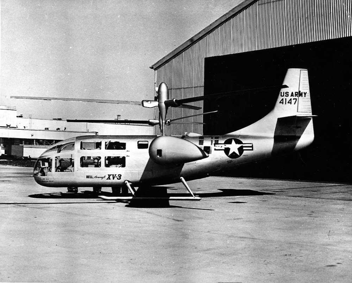 Lufthavn. Ett helikopter på bakken foran en bygning. Bell XV-3 Convertiplane.