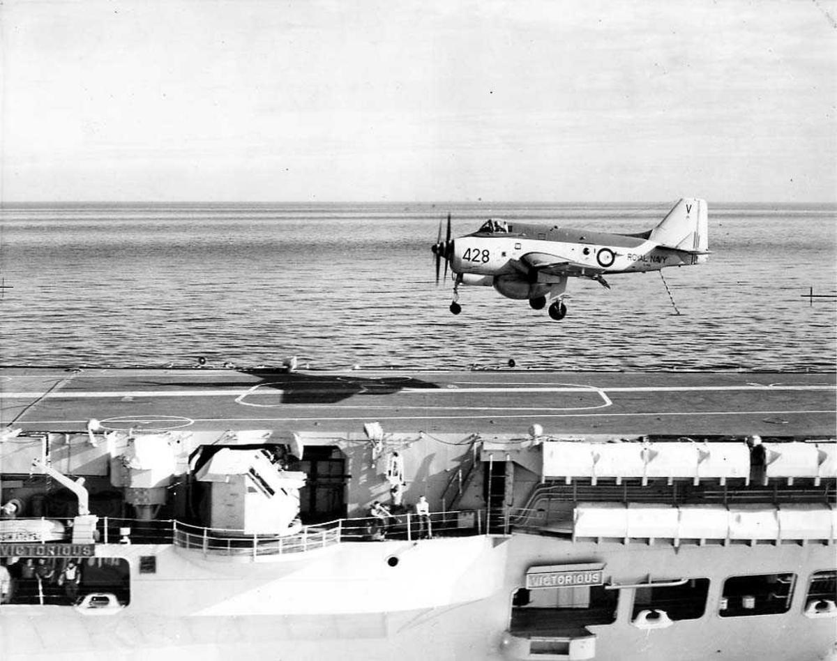 Ett fly, Fairey Gannet AEW Mk 3, like før landing på en hangarskip HMS Victorious.