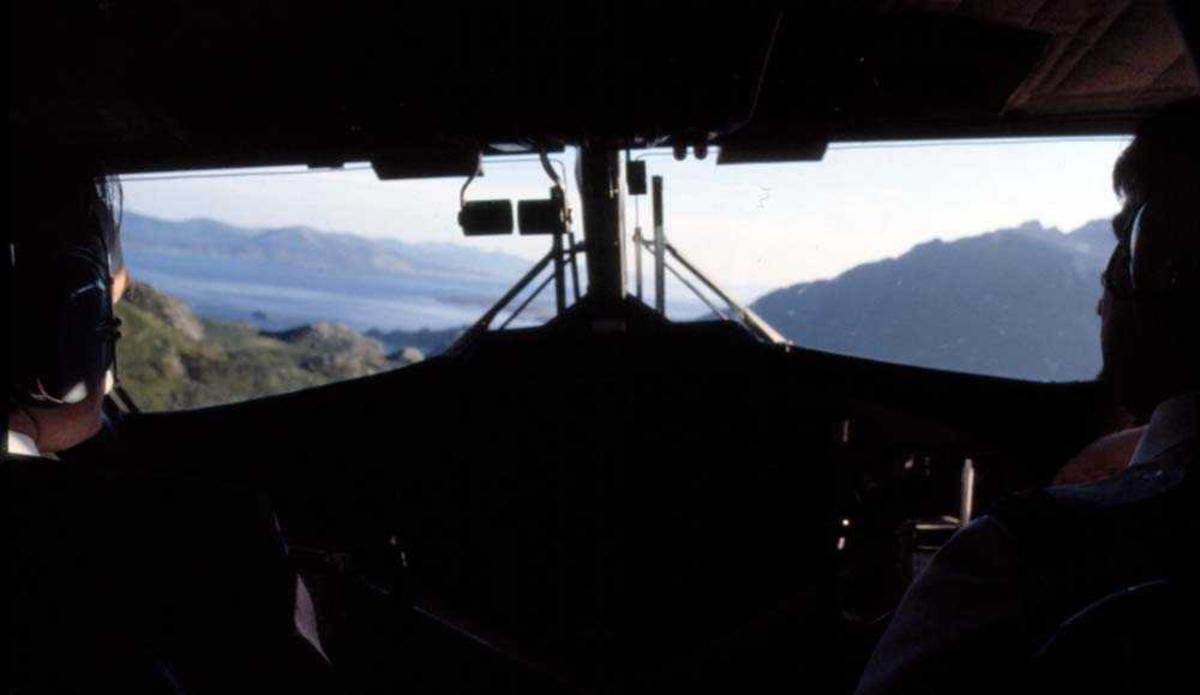 Luftfoto. Tatt fra cockpit DHC-6-300 Twin Otter fra Widerøe