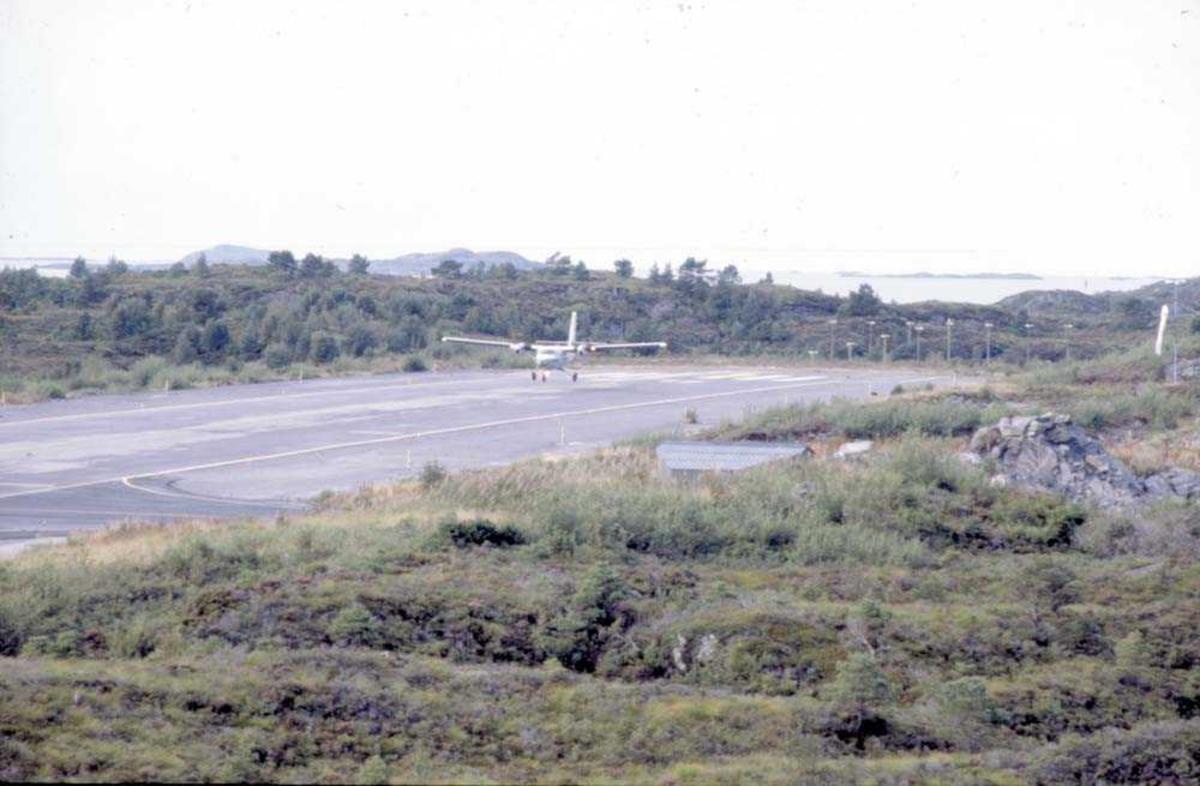 Lufthavn/Flyplass. Florø. Ett fly, DHC-6-300 Twin Otter fra Widerøe, har landet.