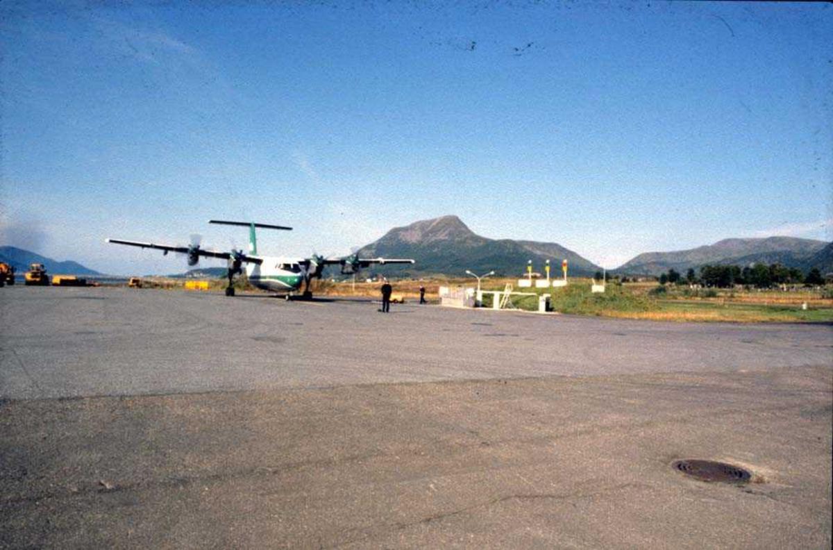 Lufthavn/Flyplass. Stokmarknes/Skagen. Ett fly, De Havilland Canada DHC-7-102  Dash 7 fra Widerøe.