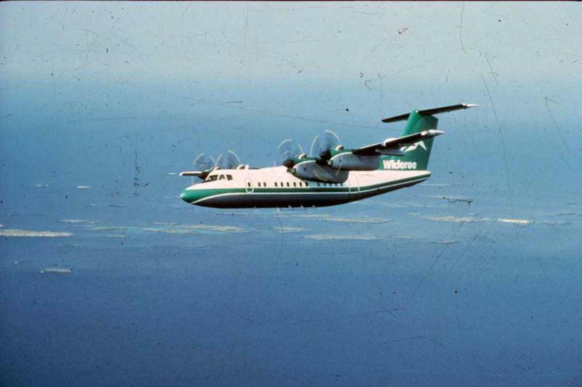 Luftfoto. Ett fly, LN-WFG, De Havilland Canada DHC-7-102 Dash 7 fra Widerøe