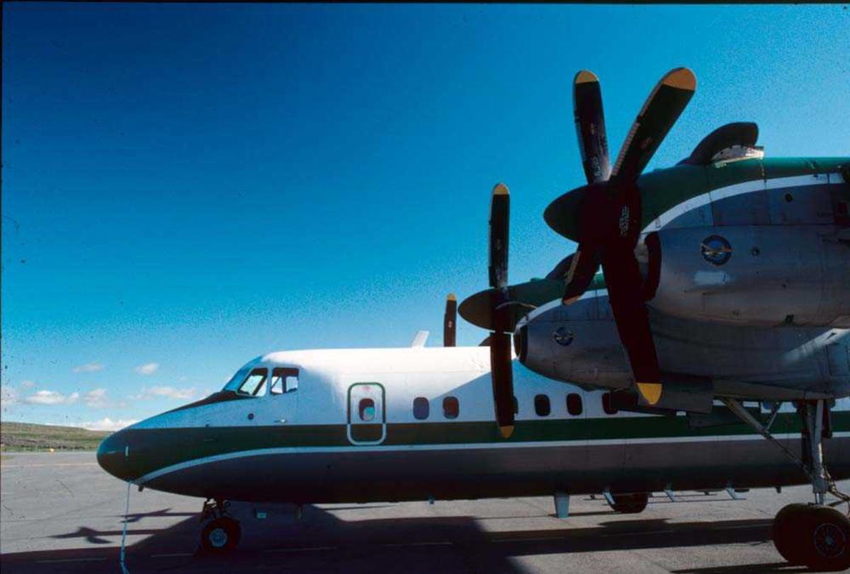 Lufthavn/Flyplass. Ett fly, LNWFI, De Havilland Canada DHC-7-102 Dash 7 fra Widerøe