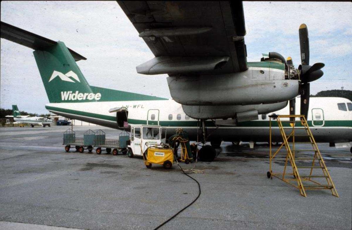 Lufthavn/Flyplass. Florø. Ett fly, LNWFL, De Havilland Canada DHC-7-102 Dash 7 fra Widerøe