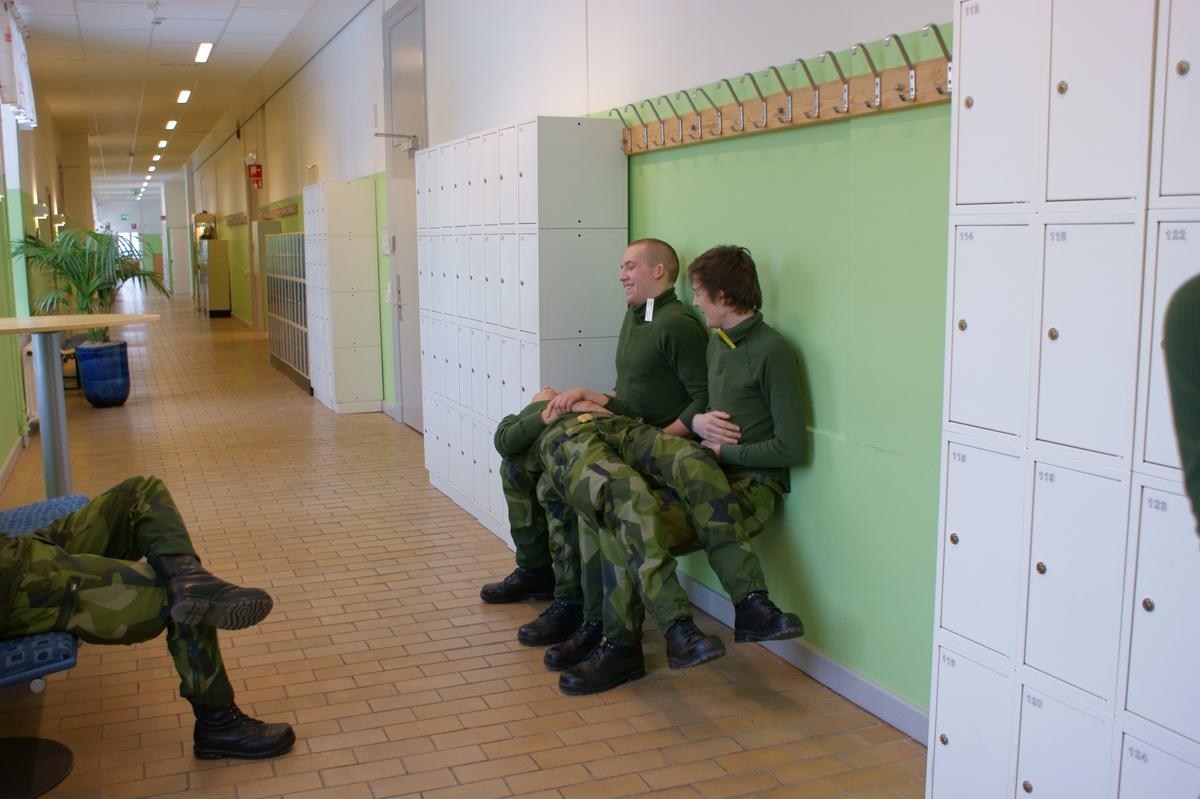 Övrigt: 2009-02-12 Marinbasen i Karlskrona. Under rasten i navigationsutbildningen har två värnpliktiga sysselsatt sig med att styrketräna i form av så kallad jägarvila när en tredje värnpliktig lägger sig på deras ben och ökar belastningen. Statens maritima museer dokumenterar 2009 livet som värnpliktig i Flottan. Bakgrunden är att det är osäkert hur länge systemet med värnplikt finns kvar. Två värnpliktiga valdes ut och följdes från inryckningen i januari till utryckningen i december. Två intendenter från museet var med vid ett antal tillfällen under grundutbildningen samt under deras fritid. Vid dessa tillfällen gjordes dokumentation genom fotografering, observationer, intervjuer samt insamling av föremål. De båda värnpliktiga skrev även själv dagbok under värnpliktstiden.