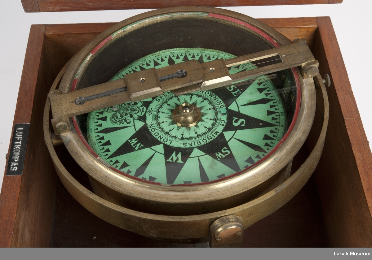 Luftkompass med diopterlinjal i firkantet mahognykasse