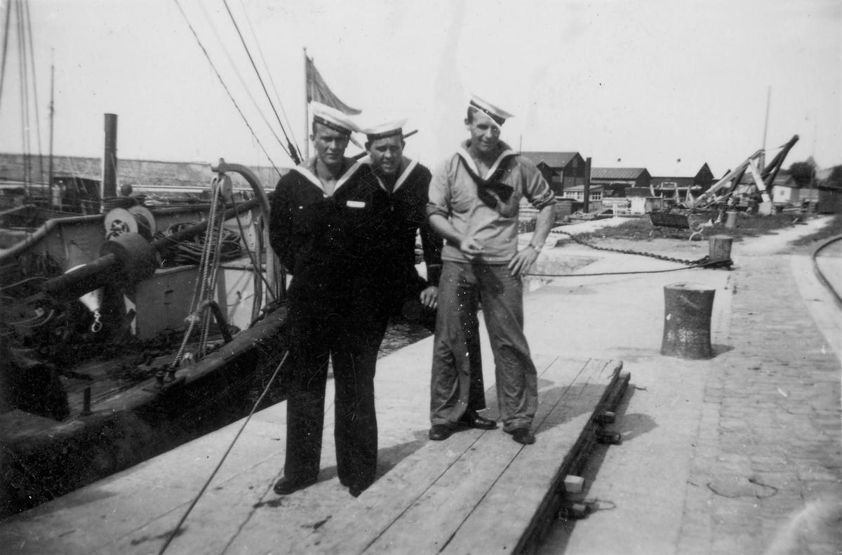 Fartyg: SVALAN                          Varv: Bergsunds MV Övrigt: Från vänster Göte Zaar, kopralen, Bengt Ahlström Fårösund 1938