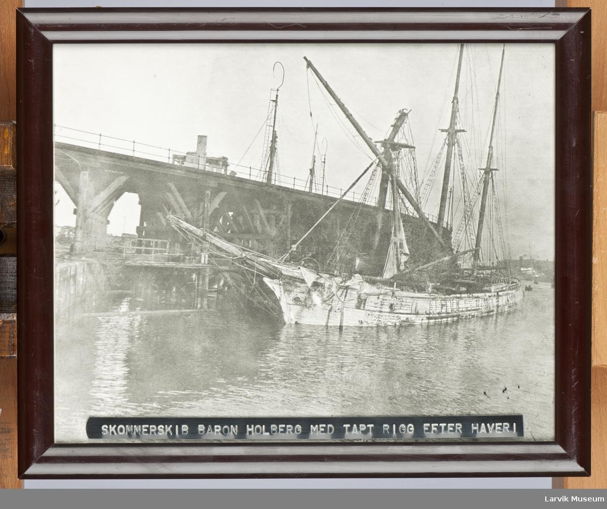 """Skonnerskib """"Baron Holberg"""" av Larvik med tapt rigg etter havari. Grimsby 1919."""