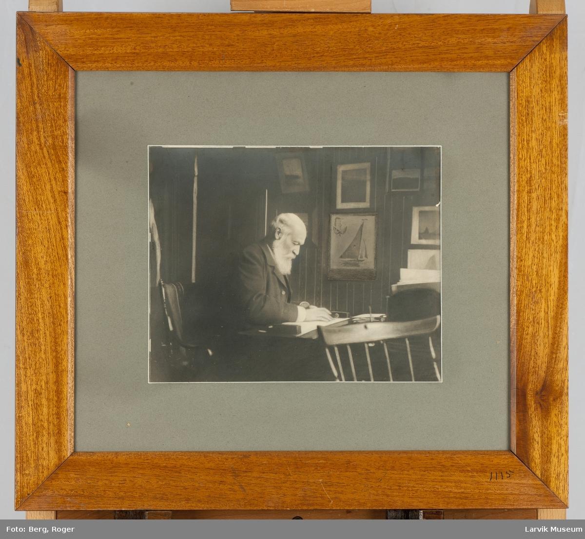 Colin Archer ved skrivebordet.