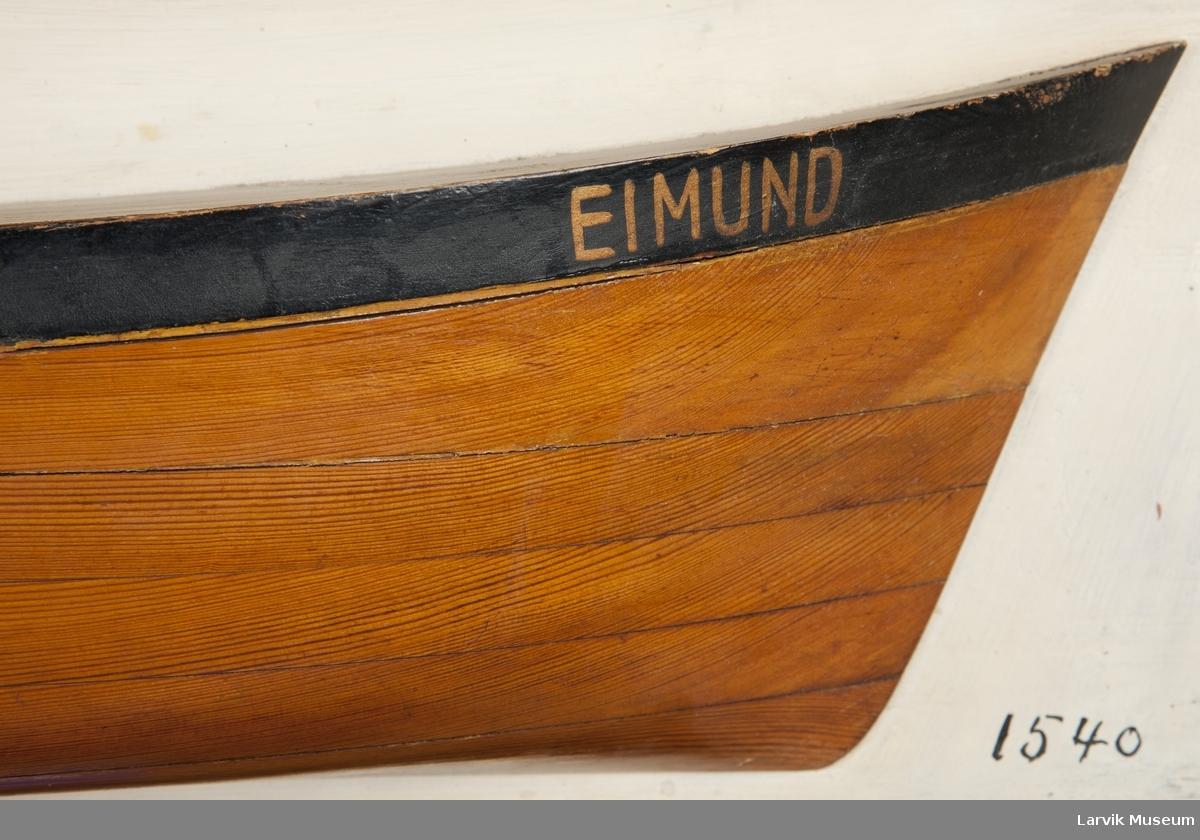 """Halvmodell på grå plate av """"Eimund"""""""