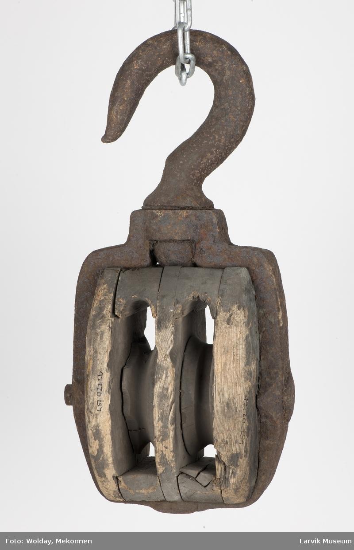 Dobbel treblokk m. jernskive i jernstropp og krok i svivel
