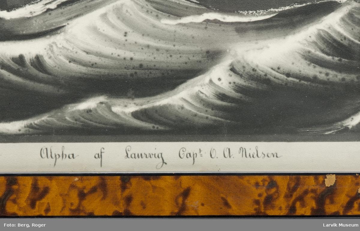 Bark Alpha av Larvik i åpen sjø. Fyrskipet West-Hinder i bakgrunnen til venstre.