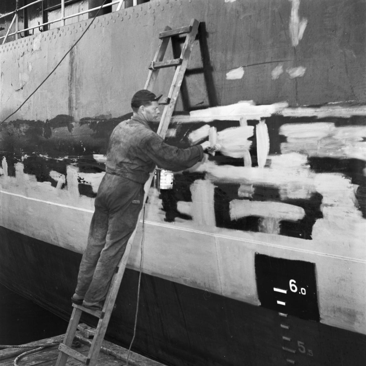 Övrigt: Foto datum: 13/8 1957 Byggnader och kranar Målare i arbete. Närmast identisk bild: V13956 och V13957, ej skannade