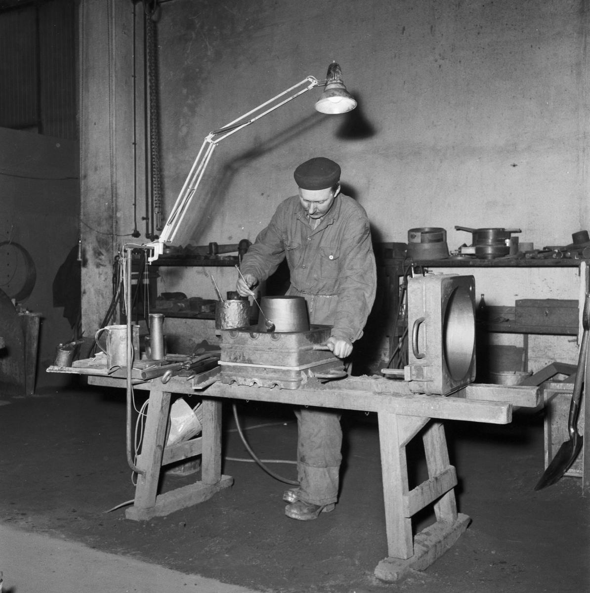 Övrigt: Foto datum: 20/1 1958 Byggnader och kranar Gjuteriet pågående arbete interiör