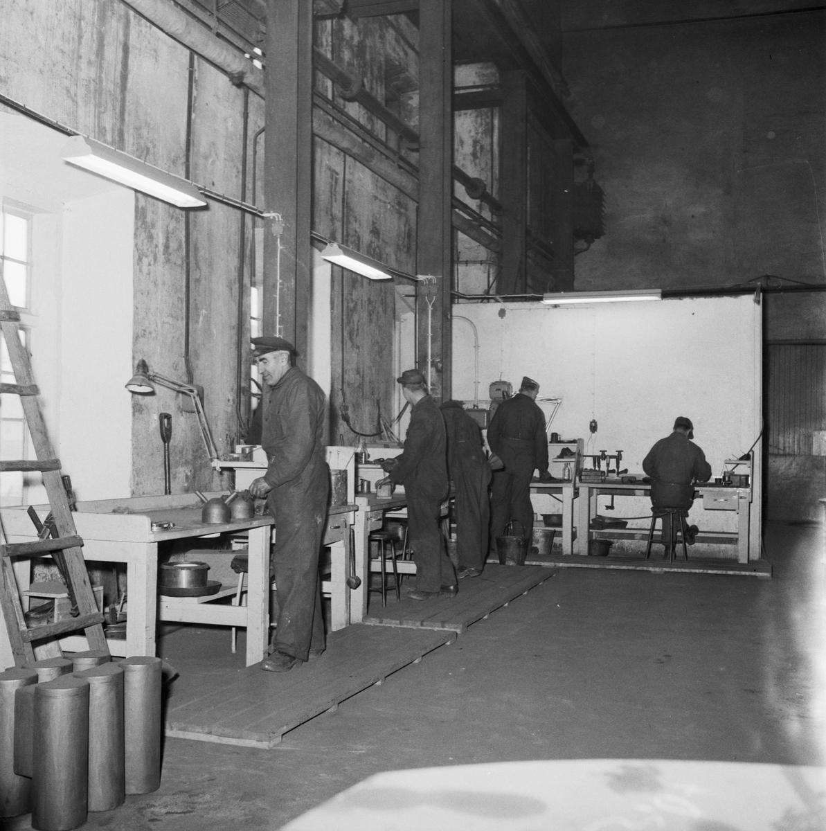 Övrigt: Foto datum: 20/1 1958 Byggnader och kranar Gjuteriet pågående arbete interiör. Närmast identisk bild: V14391, ej skannad