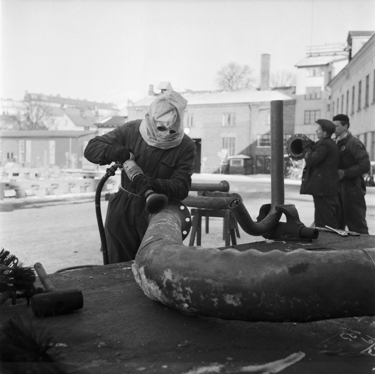 Övrigt: Foto datum:4/2 1958 Byggnader och kranar Rörverkstan arbete med skyddshuvan. Närmast identisk bild: V14481, ej skannad
