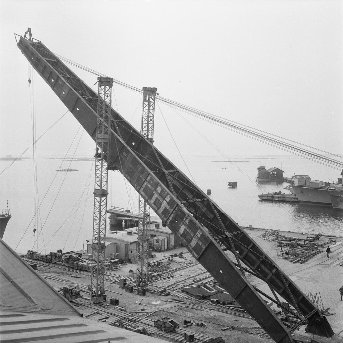 Övrigt: Fotodatum:9/4 1959 Byggnader och Kranar. Nya 100-tonskranen montering av kranarm. Närmast identisk bild: V16512, ej skannad