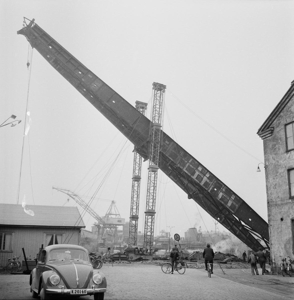 Övrigt: Fotodatum:9/4 1959 Byggnader och Kranar. Nya 100-tonskranen montering av kranarm. Närmast identisk bild: V16502 och V16515, ej skannade