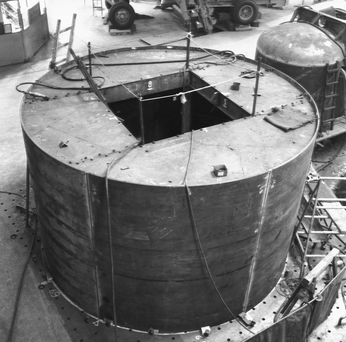 Rederi: Kungliga Flottan, Marinen Byggår: 1959 Varv: Örlogsvarvet, Karlskrona Övrigt: Ubåt under byggnad i plåtverkstaden.