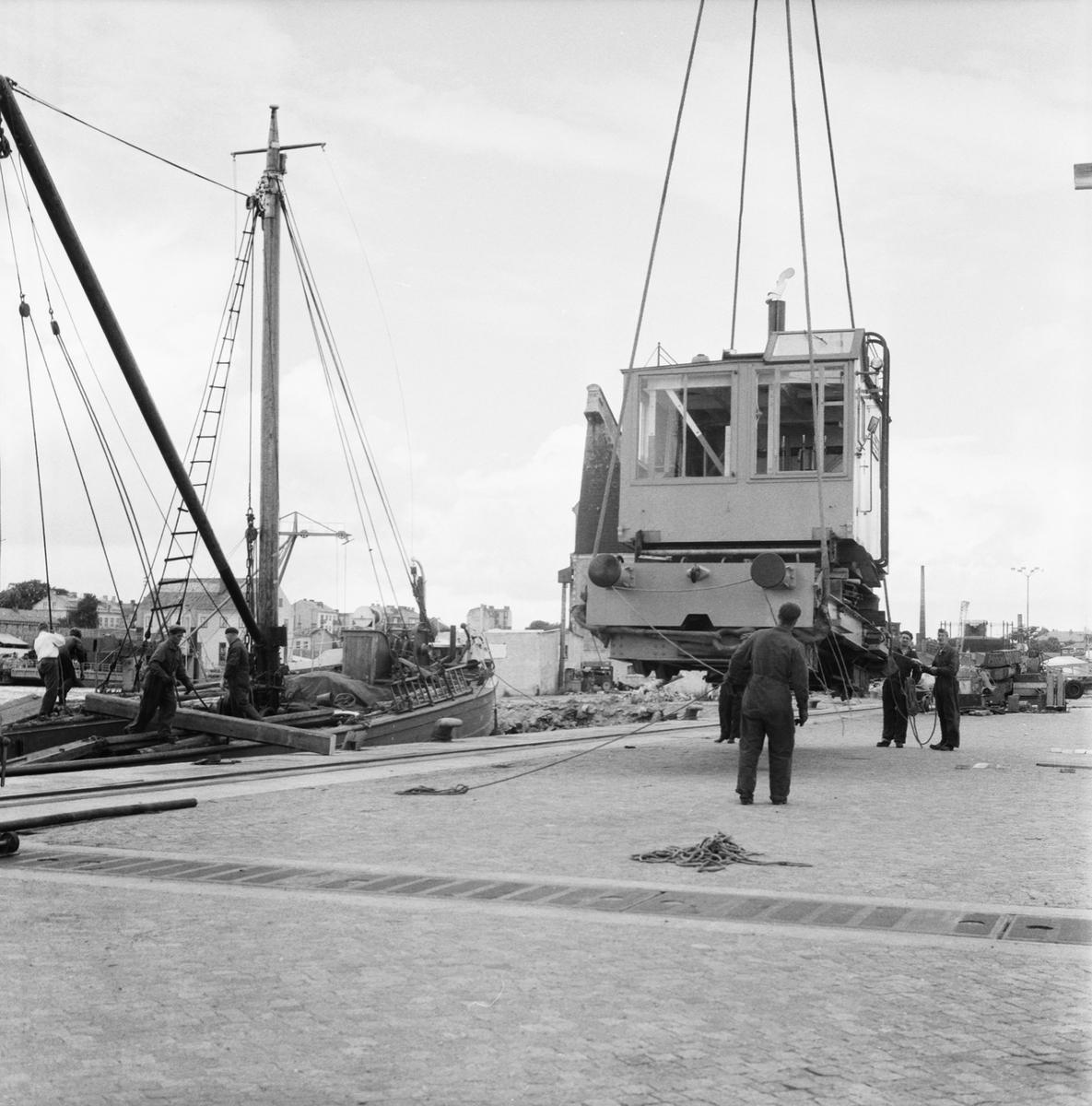 Övrigt: Fotodatum:17/8 1960 Byggnader och Kranar. 100-tonskranen lastning av kran nr 1