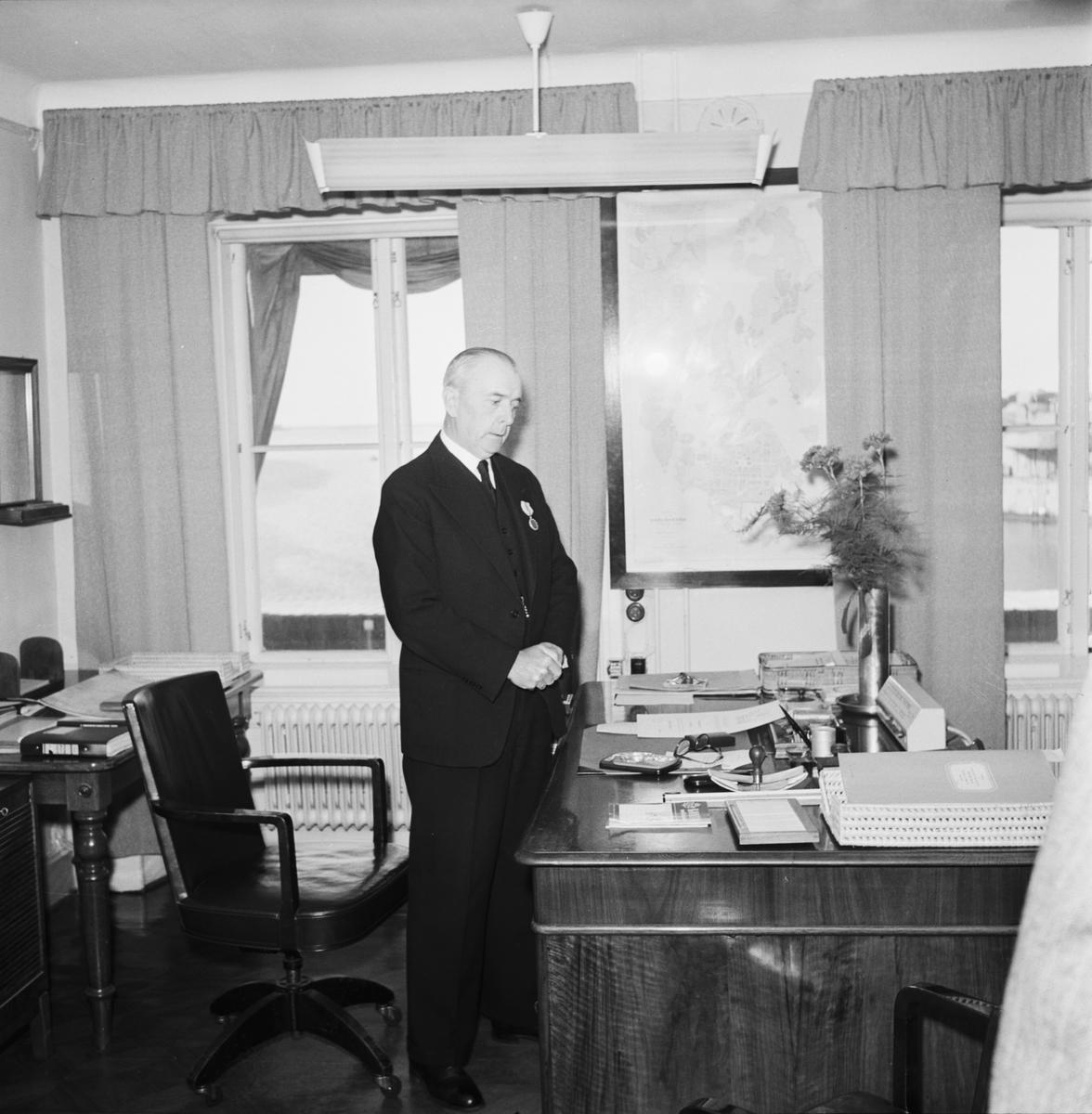 Övrigt: Foto datum: 30/6 1951 Byggnader och kranar Verkstads Direktör Holmberg av ur tjänst