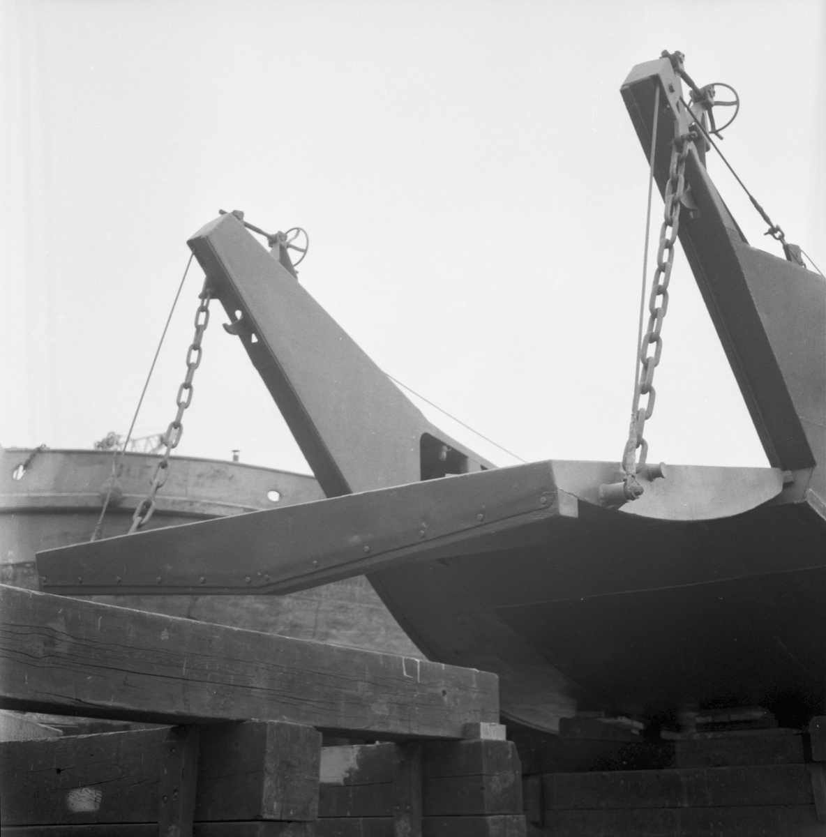 Övrigt: Foto datum: 23/5 1961 Byggnader och kranar Kättingar (bultar utlämning)