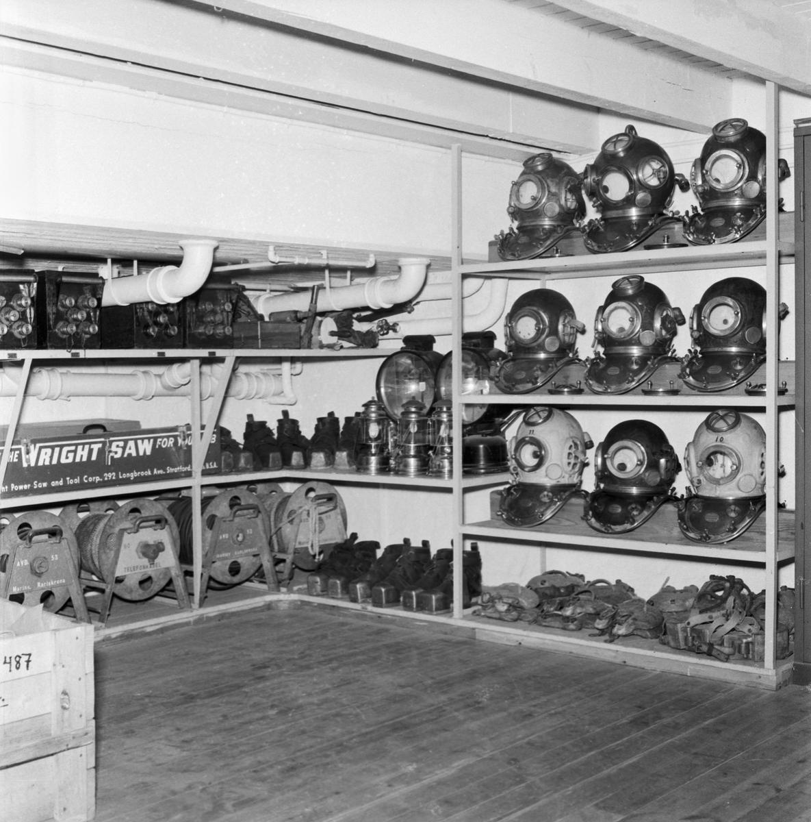 Övrigt: Foto datum: 11/7 1961 Byggnader och kranar Reklambroschyr dykerimaterial
