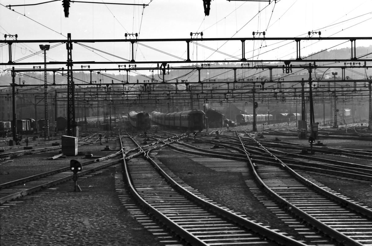 Oslo Ø. Togene 351 (Åndalsnes) og 601 (Bergen) under utkjøring retning Bryn hhv. Grefsen.