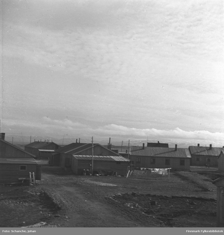 Gjenreisning. Brakkebyen i Vadsø. Klæsvask / hvitvask  henger til tørk på snora.