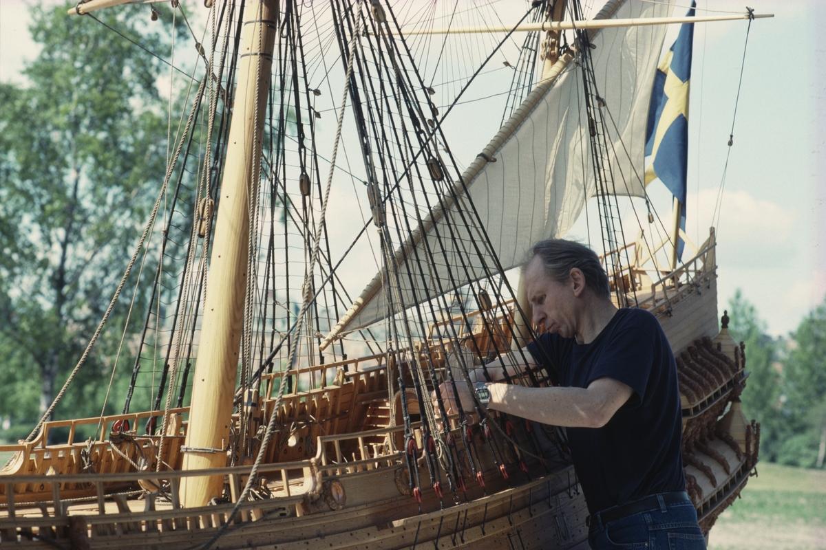 Modellbyggare Göran Forss med Vasa-modellen i skala 1:10.