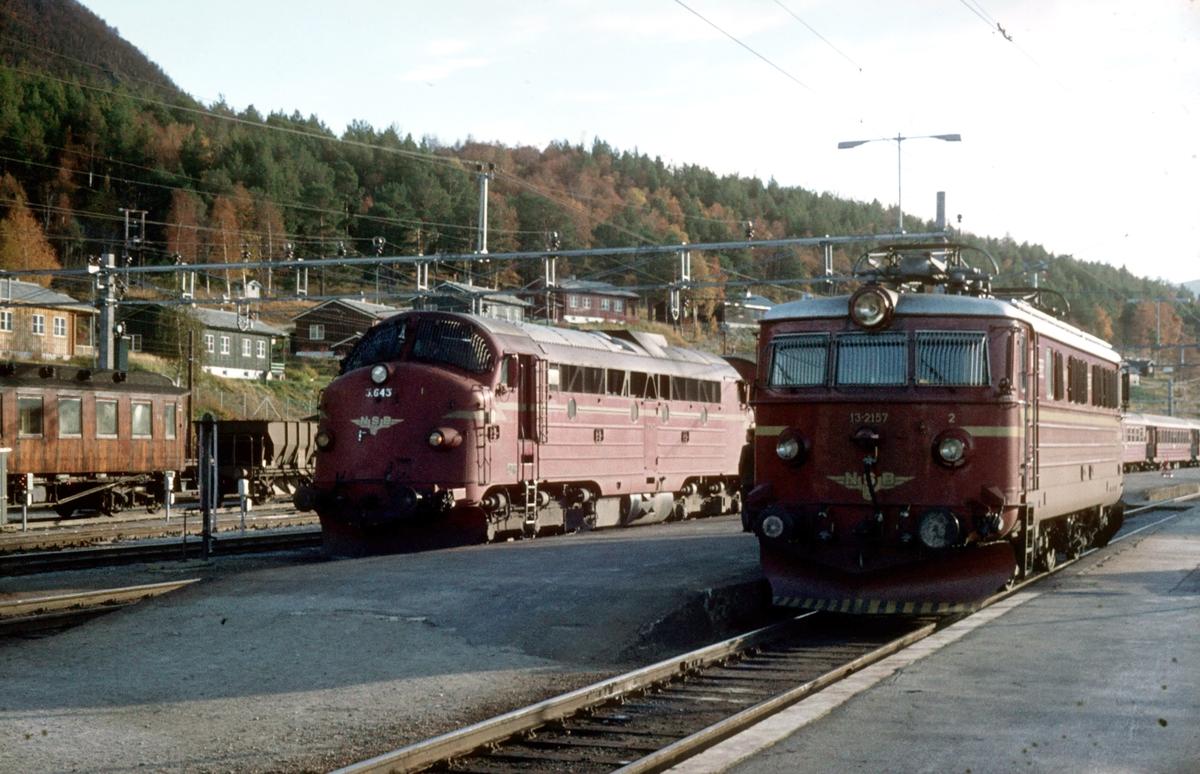 Dieselelktrisk lokomotiv Di 3 643 og elektrisk lokomotiv El 13 2157 på Dombås. Lokbytte i dagtoget til Åndalsnes, Ht 351.