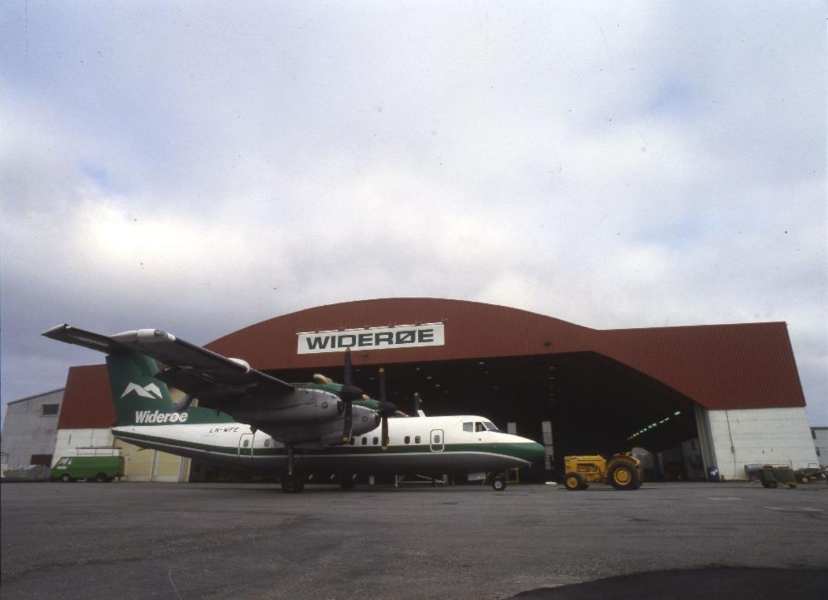 Ett fly foran bygning: LN-WFE, De Havilland DHC-7 (Dash7) fra Widerøe.